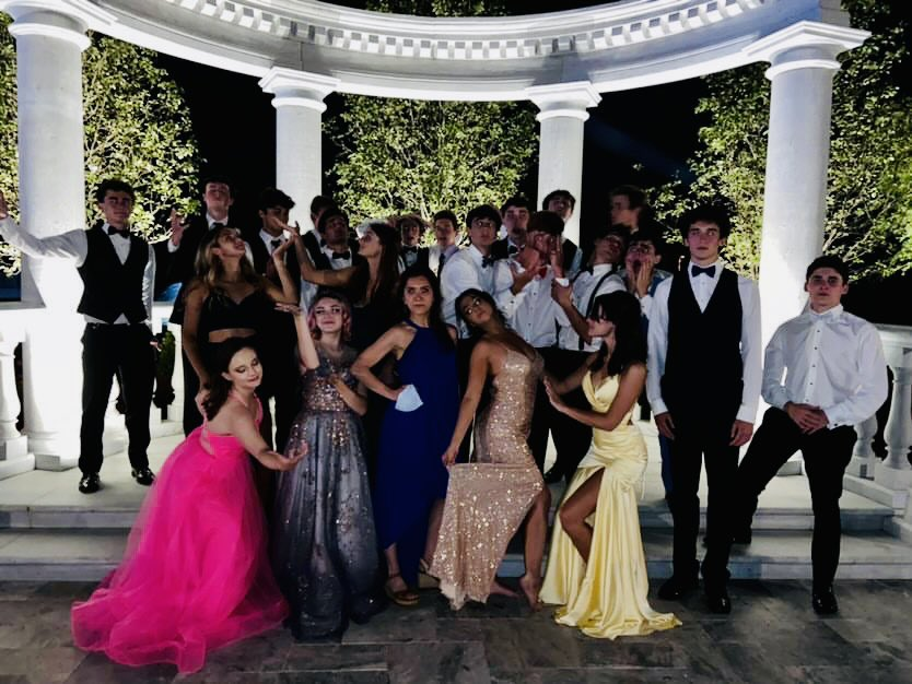 Mrs. Dickstein-Hughes and members of the Class of 2021 strike a pose outside the Mansion